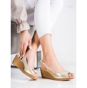 Pěkné zlaté  sandály dámské na klínku 40